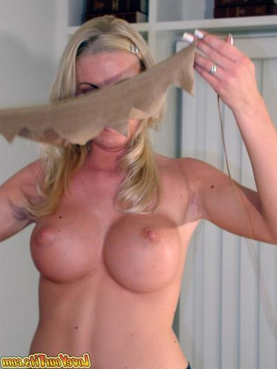 Anent boobed blonde Cailey Taylor gives fabulous mouthjob in the judicature