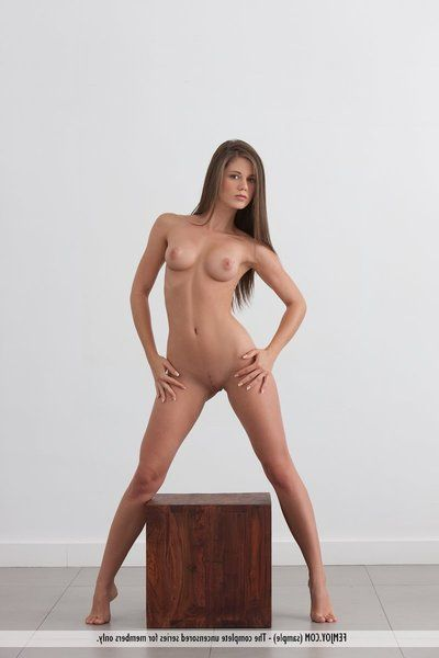 Caliente Adolescente Morena sucintamente La vanidad disfruta demostrando su Dulce desnudo Cuerpo