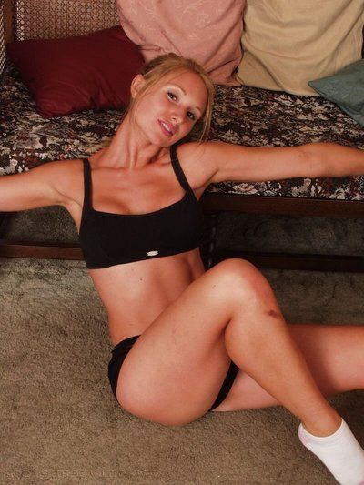 Tight blonde cheerleader Willow shows her wonderful gut while sparking within reach residence