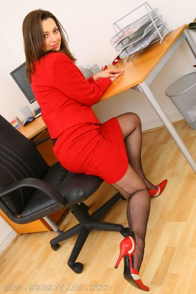 Marauding office widely applicable Amiee R makes hardly any secret of her breasts while posing in stockings