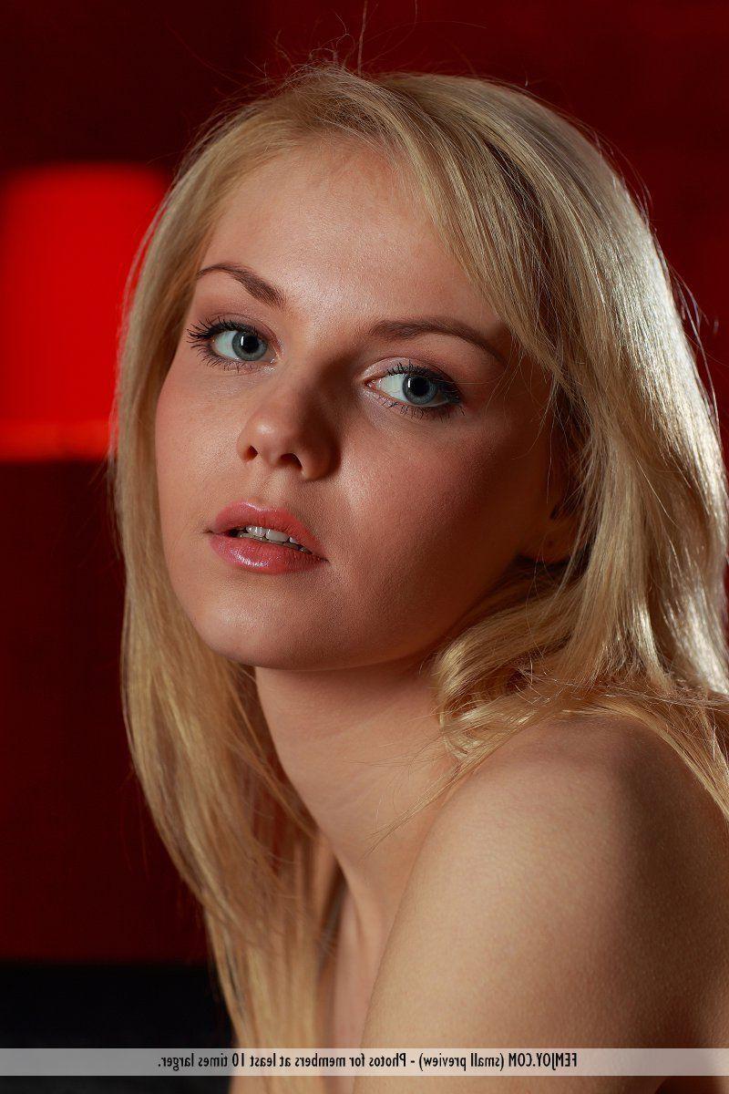 Teen reiben sexy Blondine