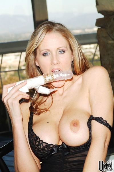 This busty milf Julia Ann is penetrating pussy and ass with toys simultaneously