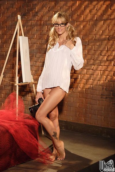 The blonde milf Jessica Drake is smiling when flashing boobs and beaver