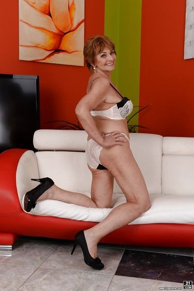 redheaded ユーロ 老婆 サリー G モデリング ランジェリー 前 ポージング 裸