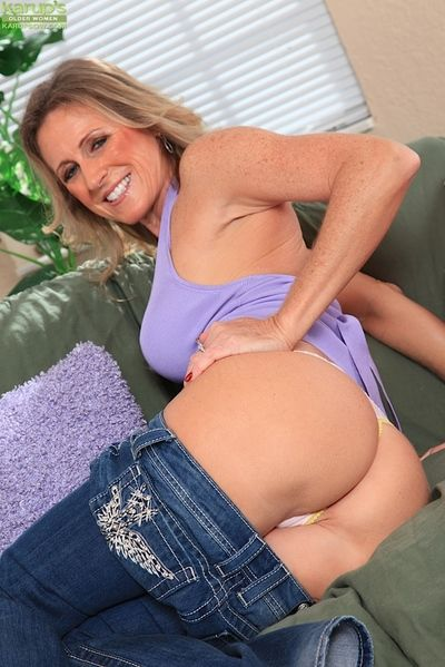 Aged lady Jade Jamison unveiling large mature boobs before masturbating