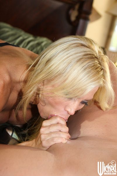 Busty milf in extra sexy lingerie Amber Lynn is doing the hottest oral job
