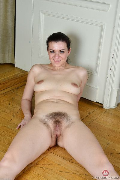 Leggy Euro woman Corazon Del Angel stripping for hairy vagina viewing