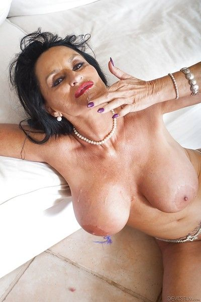 Granny pornstar Rita Daniels eats jizz of freshly jizzed face