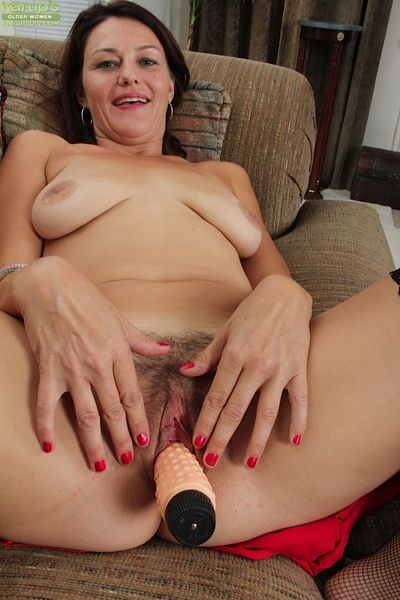 Mature lassie with unshaven pubis performs a steamy pussy toying scene