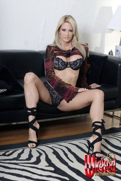 The blonde milf Jessica Drake is willing to expose her sexy upskirt view