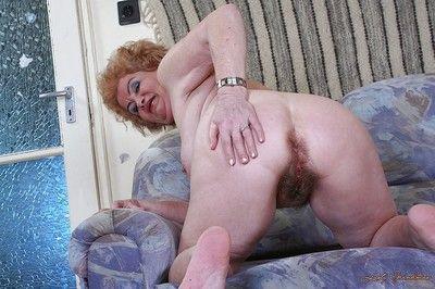 Libidinoso Nonna Con Grande brocche stripping e esporre Il suo Shaggy twat
