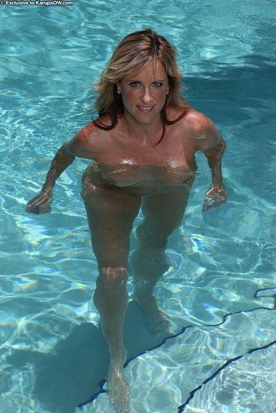 Aged blonde Jodi West loosing nice tits from bikini in swimming pool