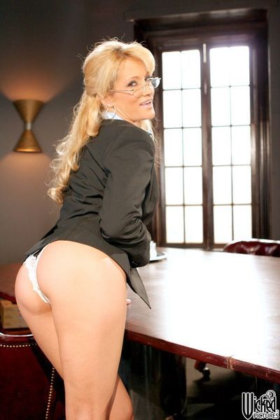 Without any doubts, this blonde milf Jessica Drake is willing to show the inner of her pussy