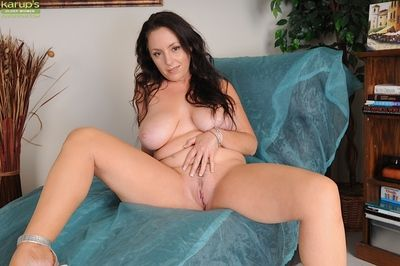 Mature ass of a big tits babe Tamara Fox shown while she is undressing