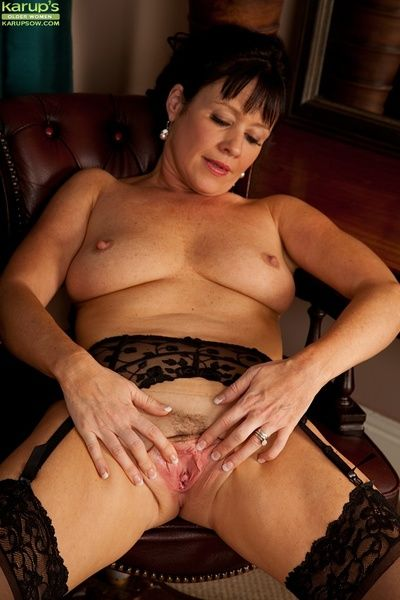 Big tits mature Elise Summers shows off her big tits in stockings