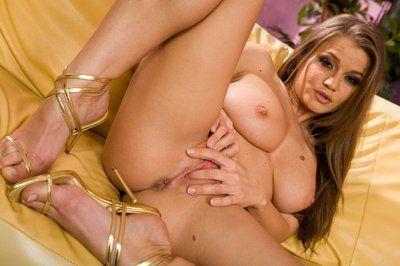 Saucy brunette milf Rita Faltoyano is relaxing pounding pussy with dildo