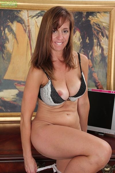 Lusty mature gal in glasses revealing her big jugs and trimmed cooter