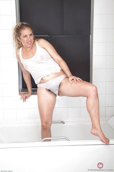 Mature Euro broad Elle Macqueen exposing wide open beaver in bathtub