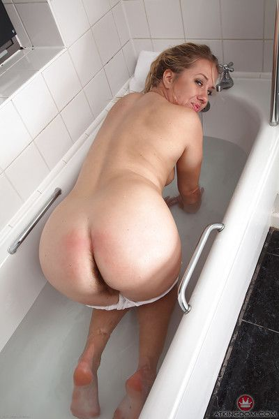 Mature Euro broad Elle Macqueen exposing wide open beaver in bathtub