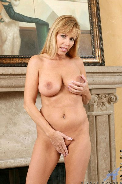 Kinky milf Nicole Moore performs strip session and climbs the big sex toy