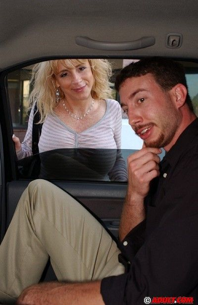 Slutty mature lady gets involved into blowjob on the back seat