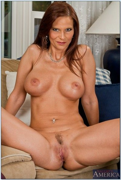 Mature lady on high heels Syren De Mer spreads her sexy pussy