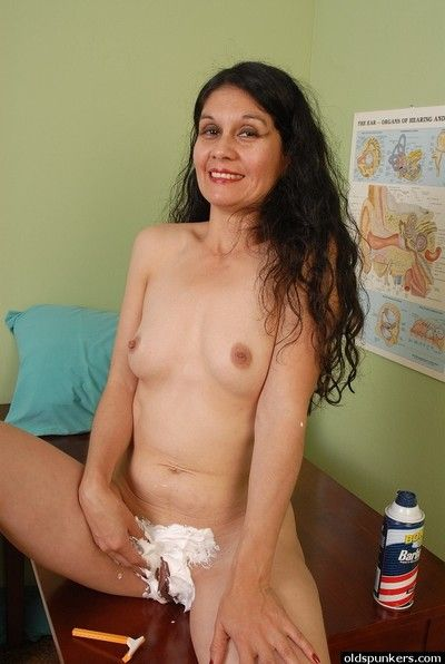 Granny Carmen shows us her outstandingly looking naked body!
