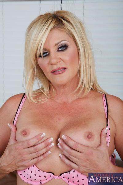 Blonde mature Ginger Lynn strips all her clothes and demonstrates her flabby body