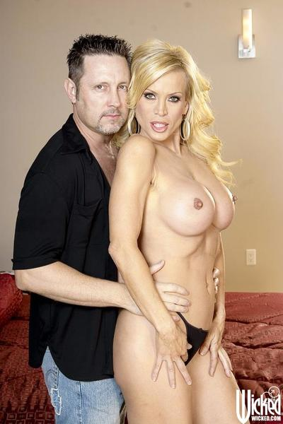 Guy moans from unreal pleasure getting licked by bosomy milf Amber Lynn