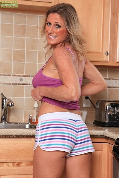 Mature woman Jade Jamison loosing big tits and shaved vagina in kitchen