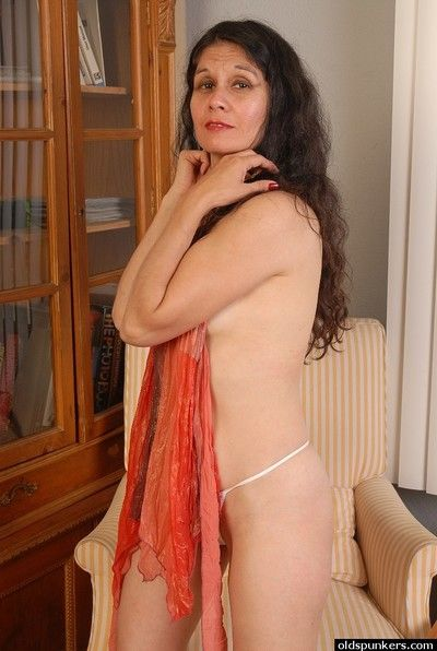 Kinky mature brunette Carmen is stretching her tight vagina!