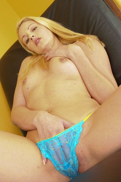 The kinky blonde milf Samantha Ryan stretches the pussy lips with dildo stuff