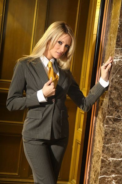 Blonde milf Jessica Drake loses her suit off to demonstrate the naked skin