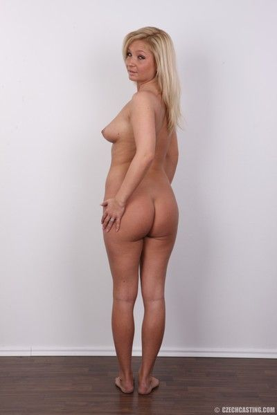 Sexy blonde milf poses nude