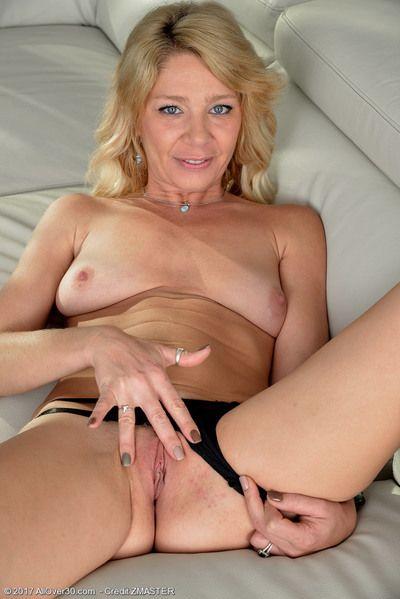 Blonde MILF Harley Summers
