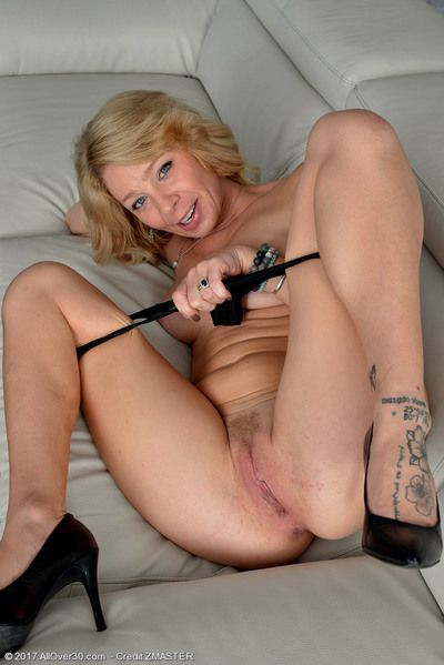 Blonde MILF Harley Summers