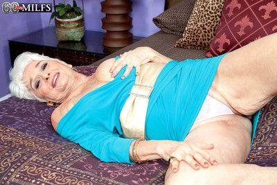 Ältere Oma zeigen Körper