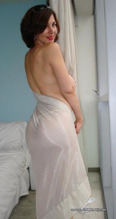 Slutty amateur cougar gets wild posing naked