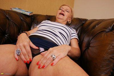 masturbating 成熟した 女性 得 湿式 月 彼女の ベッド