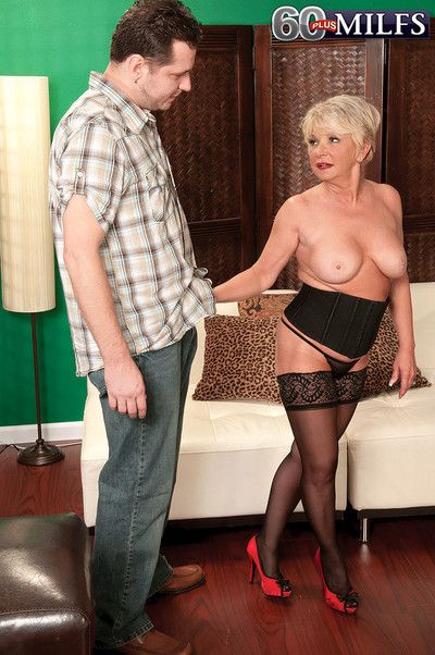 Hot blond cock hungry granny deanna bentley fucking her wet puss