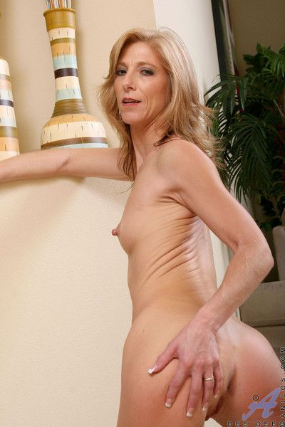 Enticing anilos cougar dee dee flaunts her perfect ass in a sexy barely there th