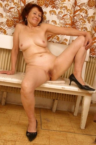 Amateur granny posing nude at home
