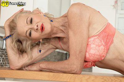 sexy vecchio Mamma mostrando Il suo Perfetto corpo per Il suo età