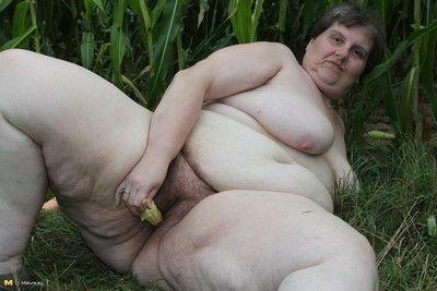Big mature slut playing in a corn field