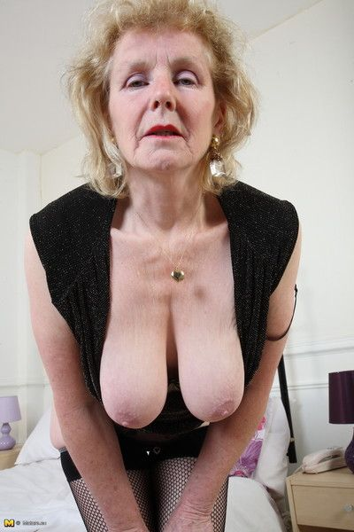 Pierced british mature lady is getting kinky