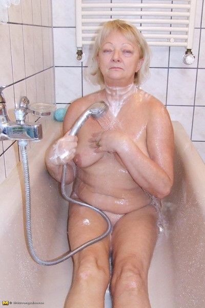 tóc vàng bà nội trợ đưa một trụy lạc nhỉ tắm