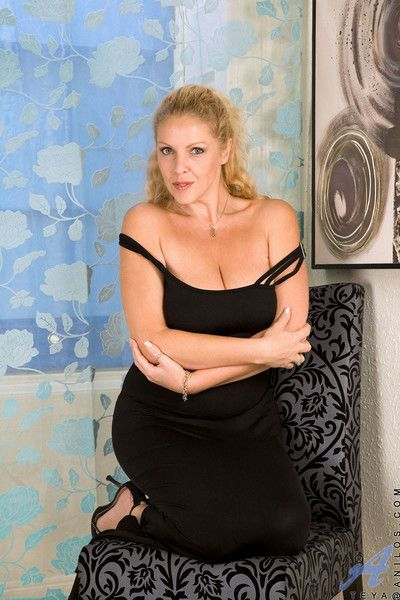 Mesmerizing anilos with big tits sensually explores her mature pussy with her fi