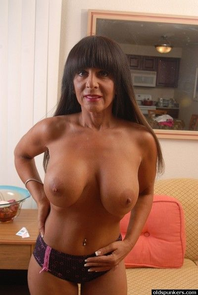 Mature brunette Cassidy shows off her accurate cute vagina!