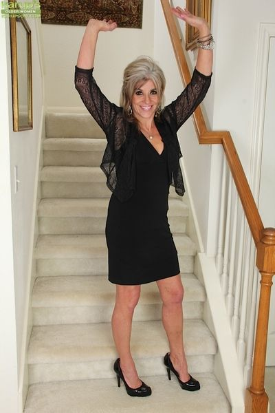 Dangerous mature lady Sierra Smith poses naked on the stairs