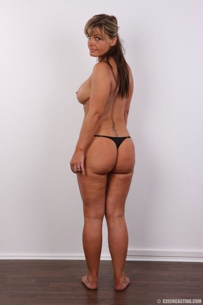 Mature wife with large ass poses nude